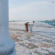 Il mare ghiaccia sul molo