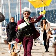 Il tizio con l'ombrello giallo