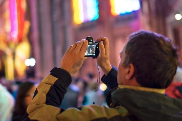 4aTutti a fotografare sta povera chiesa copia