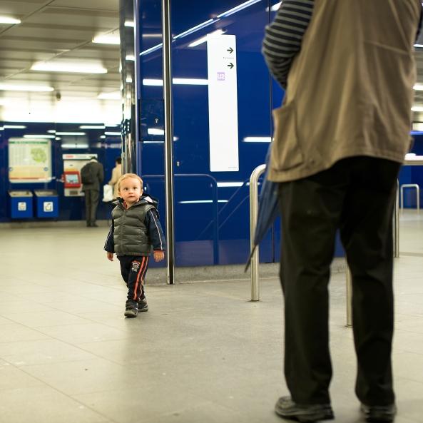 Matteo in giro per la metro copia
