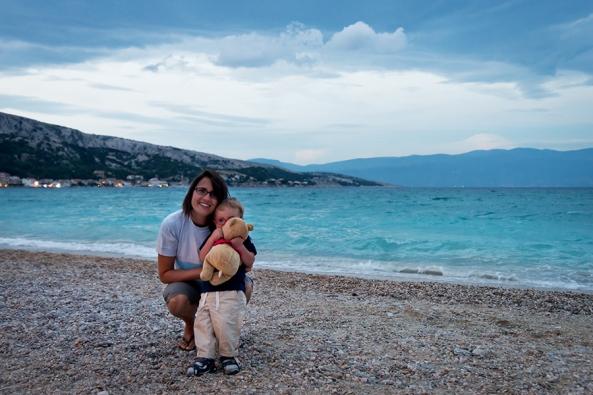 Mama e picio sulla spiaggiona di Baska copia